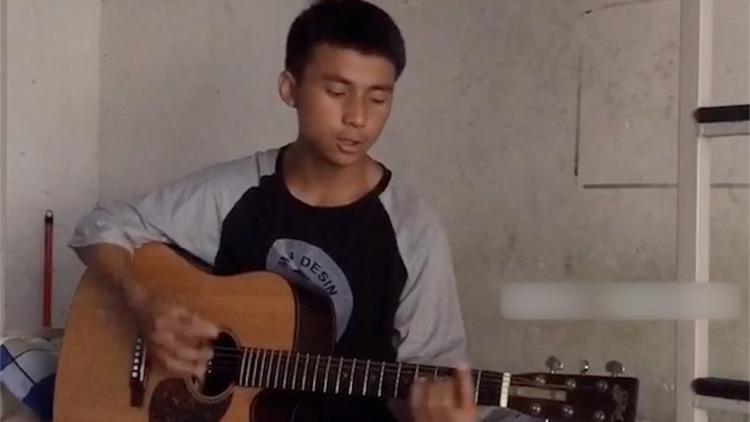 18岁男孩翻唱赵雷的歌走红 背后故事让人感动