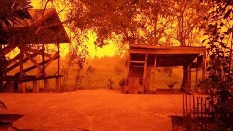 """印尼连日大火浓烟蔽日 红色天空仿佛被""""血染"""""""