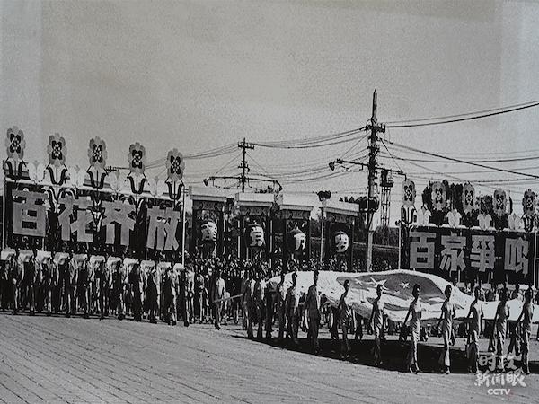 在新中国成立初期(1950─1959年),每年的国庆都举行大型庆典活动。这是1957年国庆的群众游行。