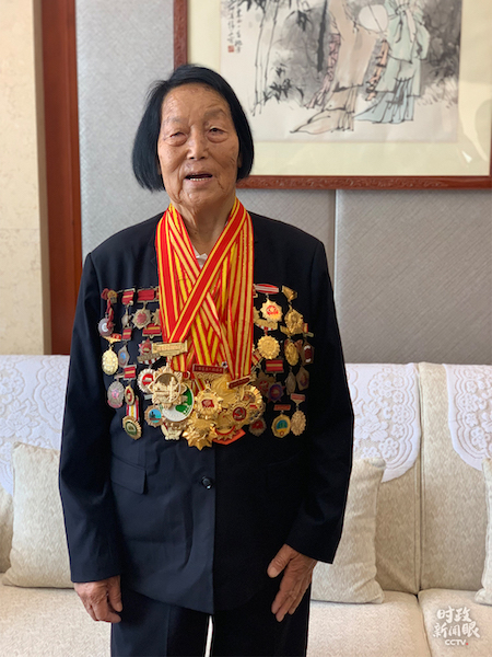 申纪兰获得的奖章有多少块,她说她自己也数不清。(央视记者沈忱拍摄)