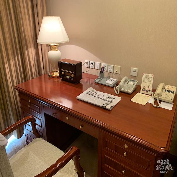 宾馆房间里李延年的写字台。充满年代感的收音机和台历一尘不染。(央视记者沈忱拍摄)