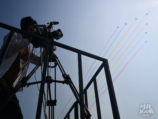受阅部队已在天安门地区组织了三次合练预演。这是空中梯队从央视直播机位上空经过。(央视记者杨阳拍摄)