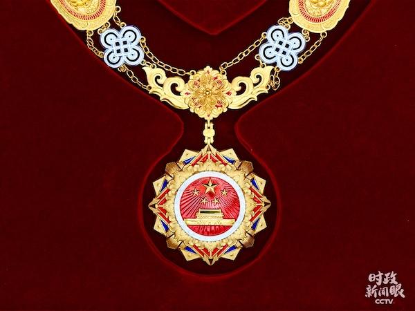 9月27日,国家荣誉称号奖章也首次对外亮相。奖章以红色、金色为主色调,章体采用五星、天安门、牡丹、旗帜、光芒等元素,章链采用中国结、花卉等元素。(央视记者魏建拍摄)