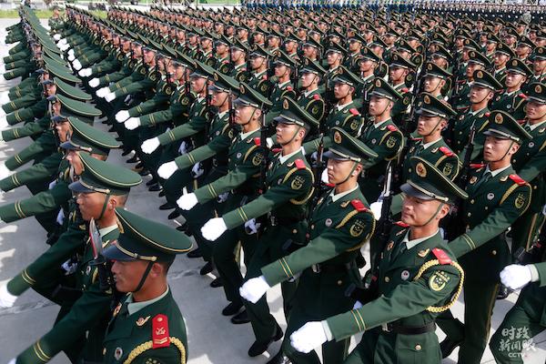武警部队方队。