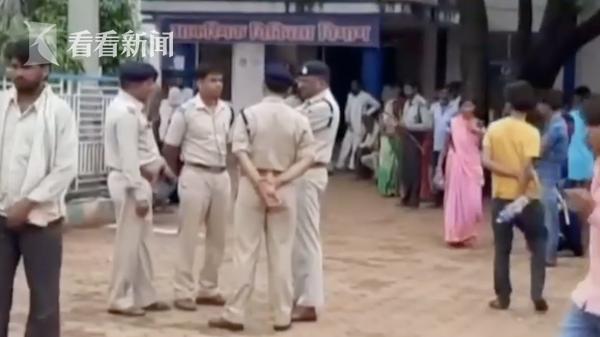视频|印度两个孩子随地排泄 被两男子殴打不治身亡