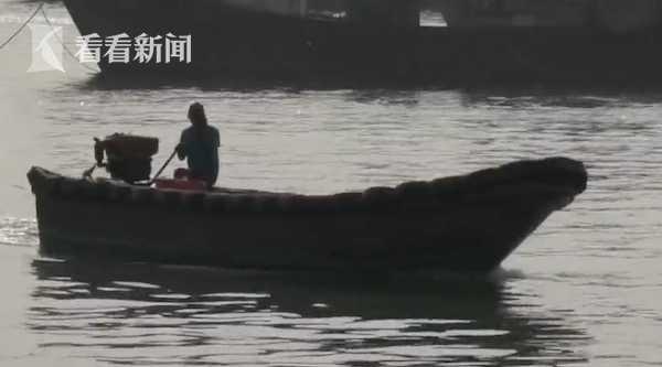 """视频 300斤巨型""""魔鬼鱼""""惊现码头!8名壮汉才能拖动"""