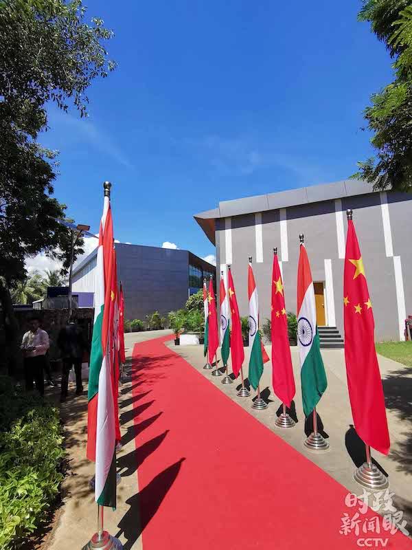 在前往会谈厅的红地毯旁边.jpg
