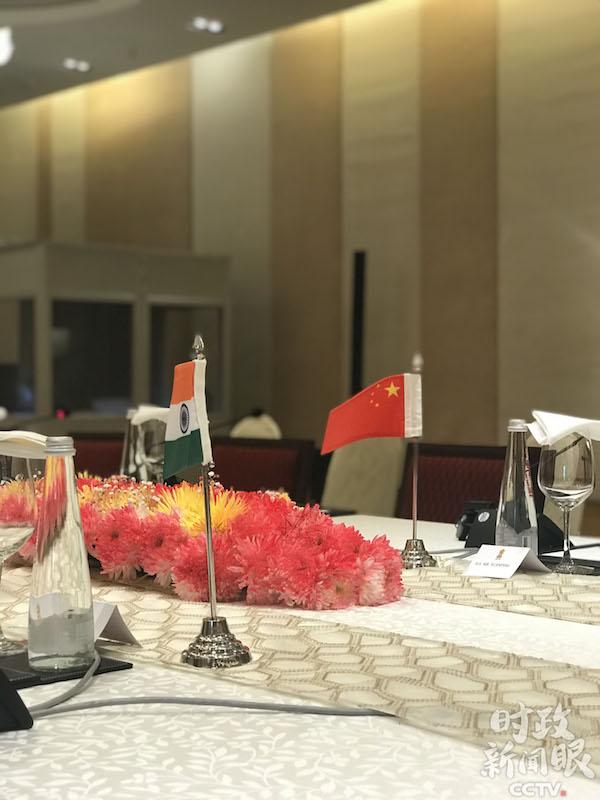 会谈厅的桌上摆放着两国国旗.jpg