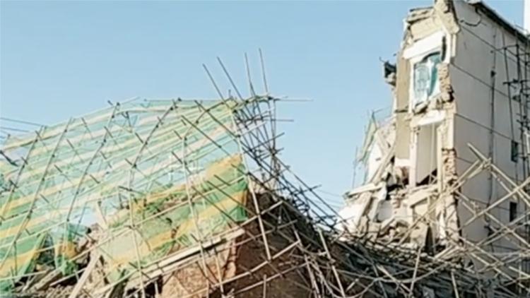 吉林白城一银行办公楼施工中倒塌 已救出4人