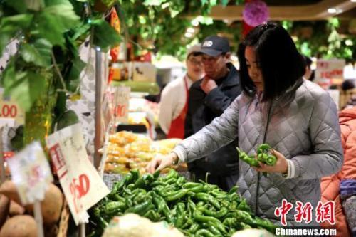资料图:市民挑选新鲜蔬菜。