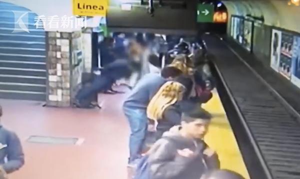 视频|地铁来了!男子突然晕倒 将前面女子撞下站台...