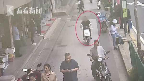 视频|男子脚骨折医院复诊 返家途中偷走路边电动车