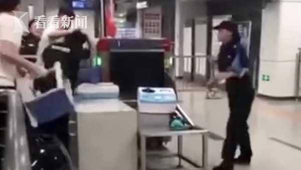 视频|俩男子拒不配合地铁安检还抡椅子打人 警方:行拘