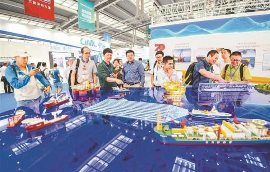 10月15日,2019中國海洋經濟博覽會在深圳開幕。圖為中國海油深水油氣田開發及作業船隊模型吸引眾多市民參觀。 深圳特區報記者 何龍 攝