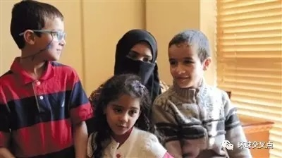 杜莱米和孩子们在一起,图中女孩是杜莱米和巴格达迪的女儿