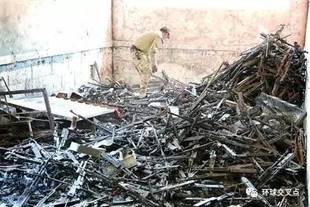 """在伊拉克摩苏尔老城,一名士兵检查一处""""伊斯兰国""""藏匿武器的地点"""