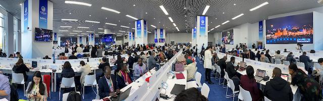 连日来,数千名中外记者在进博会新闻中心忙碌工作 摄影:项欣荣