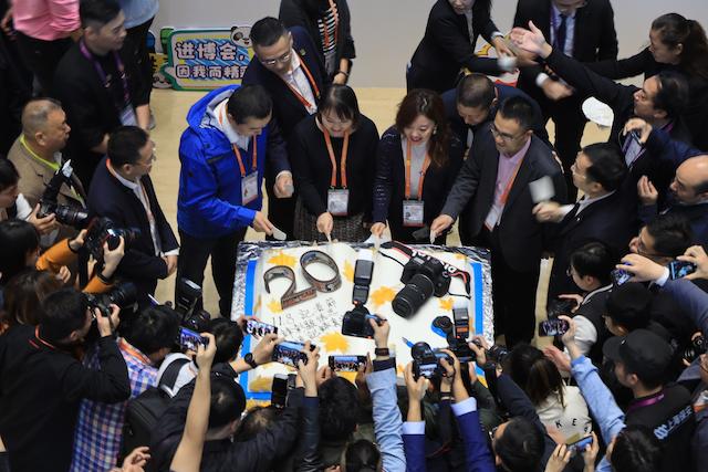 记者们共同分享节日主题蛋糕 摄影:朱弘强