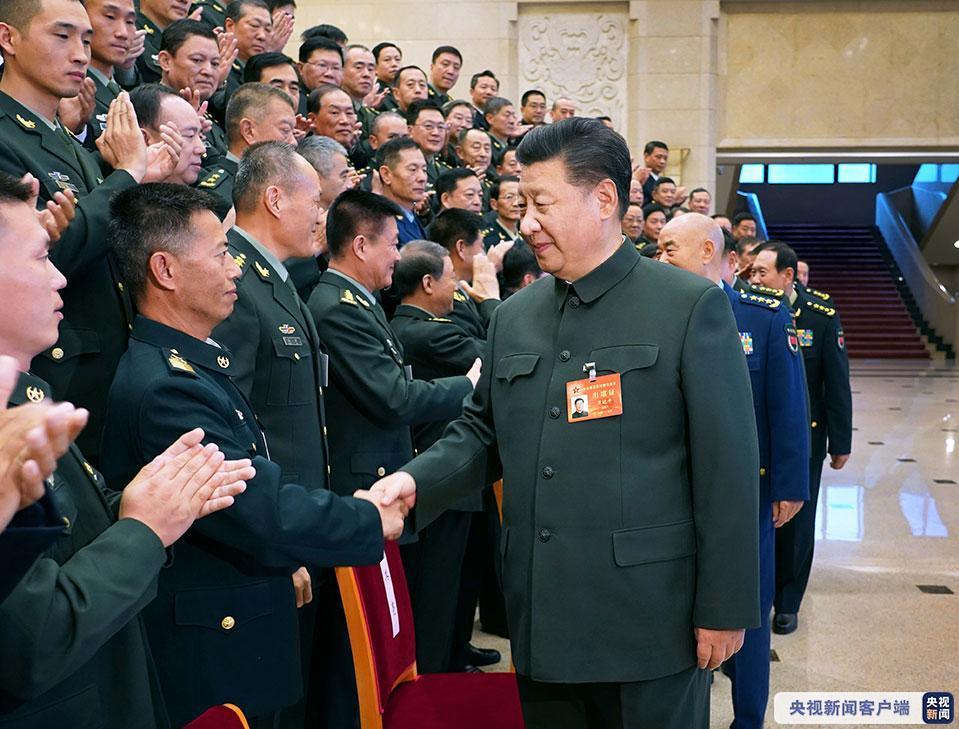 中央军委基层建设会议11月8日至10日在北京召开。中共中央总书记、国家主席、中央军委主席习近平出席会议并发表重要讲话。这是习近平亲切接见会议代表。