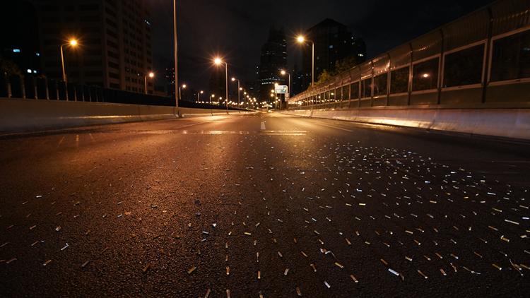 我们跟拍整夜清扫高架  发现最多的垃圾居然是它
