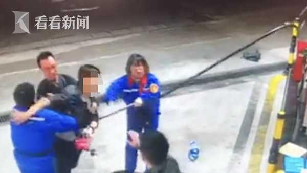 视频|醉酒男子加油站抢夺油枪 女员工勇敢制止被殴打