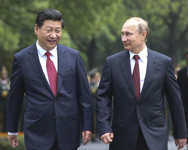 2014年5月20日,中国国家主席习近平在上海同俄罗斯总统普京举行会谈。这是会谈前,习近平在上海西郊会议中心广场为普京举行欢迎仪式。新华社记者兰红光摄