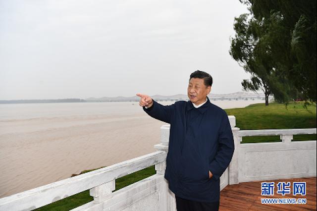 2019年9月16日至18日,中共中央总书记、国家主席、中央军委主席习近平在河南考察。这是17日下午,习近平在郑州黄河国家地质公园,眺望黄河郑州段。 新华社记者 谢环驰 摄