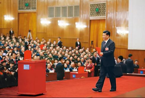 2018年3月17日,十三届全国人大一次会议在北京人民大会堂举行第五次全体会议。习近平当选中华人民共和国主席、中华人民共和国中央军事委员会主席。这是习近平准备投票。 新华社记者 兰红光 摄
