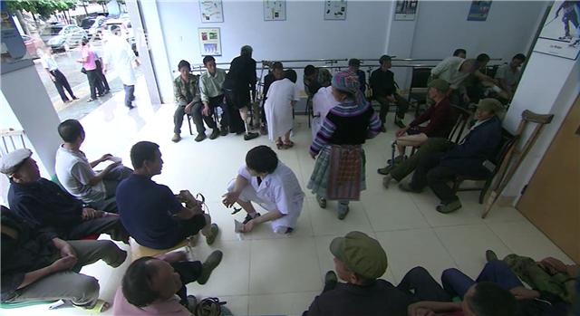 上海假肢厂员工为患者装配假肢