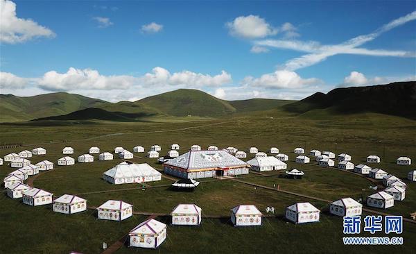 甘肃甘南藏族自治州碌曲县尕海镇尕秀村帐篷城度假区(2018年8月10日无人机拍摄)。新华社记者 陈斌 摄