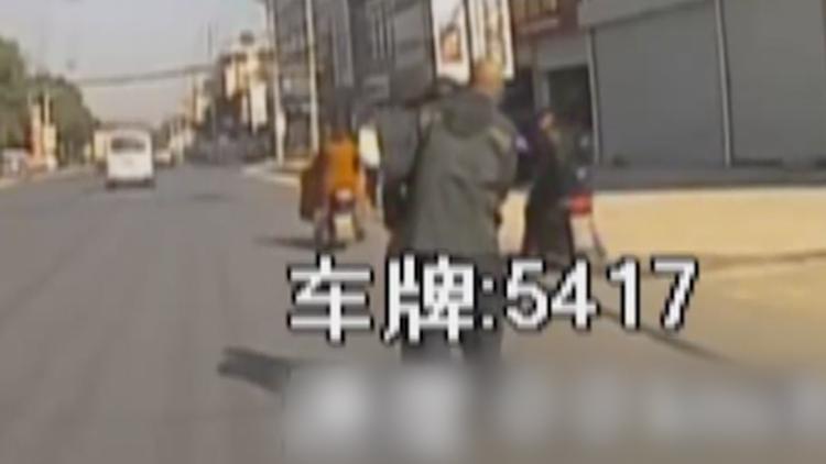 老人摔倒乘客劝阻 公交司机果断下车:该扶还得扶