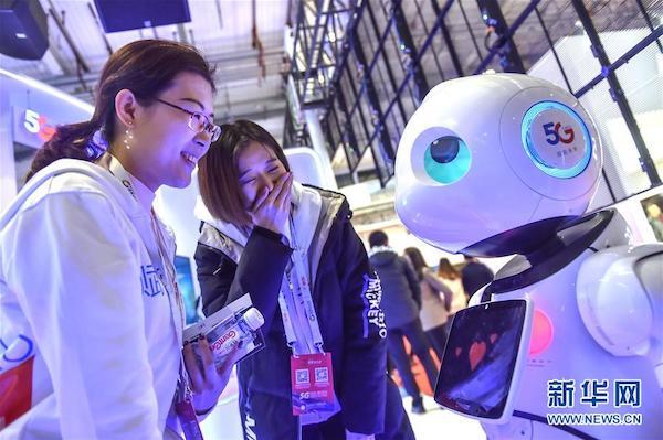参观者在北京举行的2019世界5G大会上了解一款5G机器人(11月21日摄)。新华社发(彭子洋 摄)