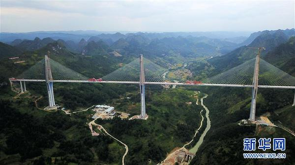 这是9月20日无人机拍摄的贵州平塘特大桥。当日,贵州平塘至罗甸高速公路控制性工程平塘特大桥成功合龙,该桥拥有332米高的全球最高混凝土桥塔。 新华社记者 杨文斌 摄