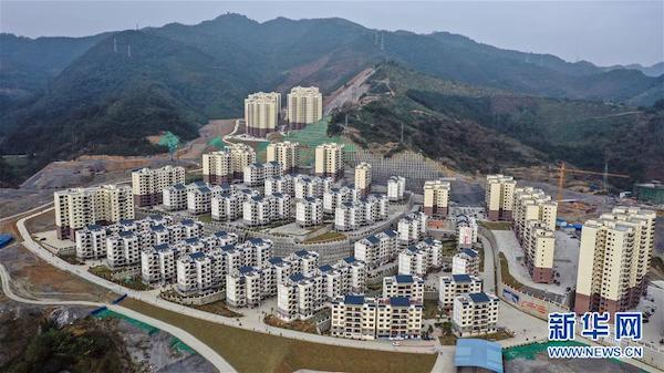 这是广西隆林各族自治县鹤城新区易地扶贫搬迁安置点(12月3日无人机拍摄)。新华社记者 张爱林 摄