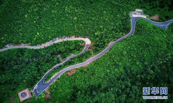 这是河北迁安市北部山区的农村公路(2018年8月15日无人机拍摄)。新华社记者 杨世尧 摄