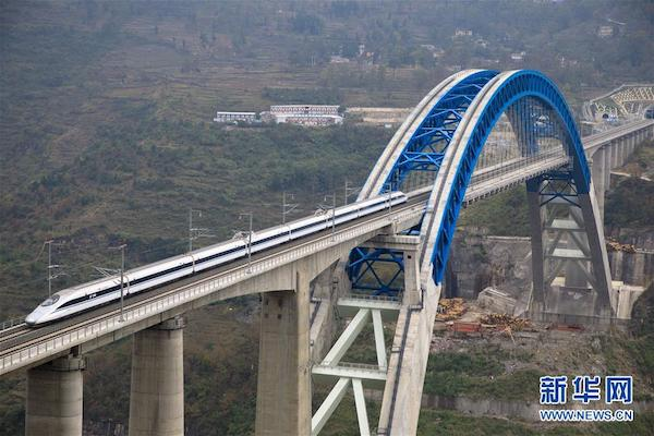 12月2日,一辆试验列车驶过成贵高铁鸭池河特大桥。12月2日,正在进行联调联试的成贵高铁进入全线拉通空载模拟运行阶段。新华社记者 刘续 摄