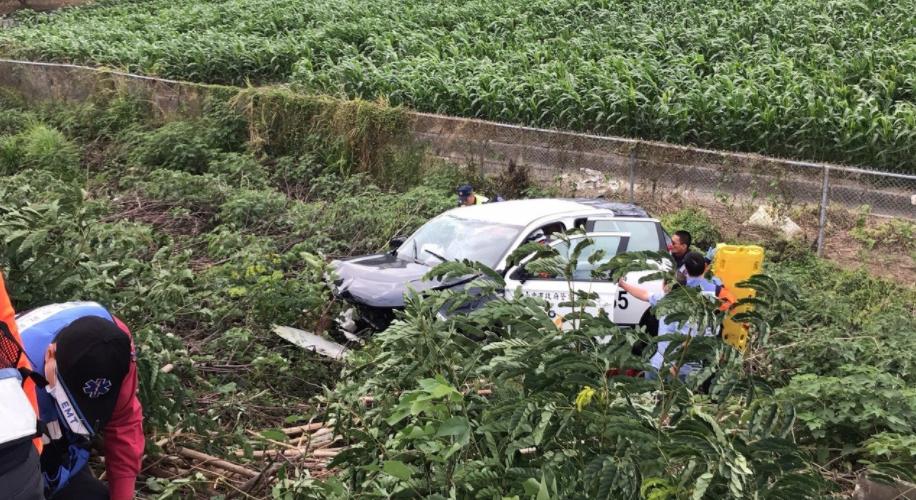 警车押送通缉犯 竟失控翻下高速公路