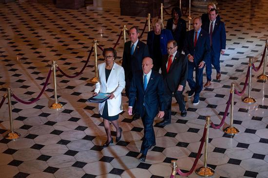 七名担任弹劾管理员的民主党众议员将条款送至参议院