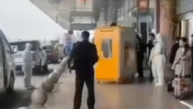 """""""隔离箱""""惊现虹桥机场?上海警方辟谣"""