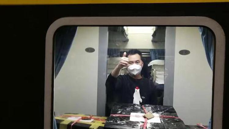 """上海医疗队再援鄂 这位全能男护士""""请战出征"""""""