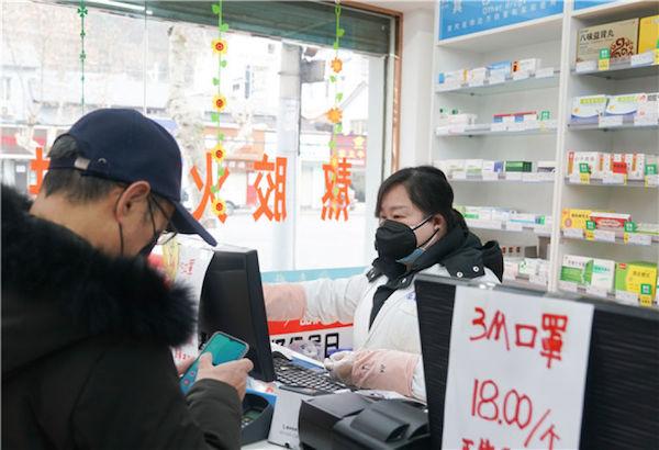 1月27日,市民在武漢市武昌區一家藥店買口罩。新華社記者 程敏 攝