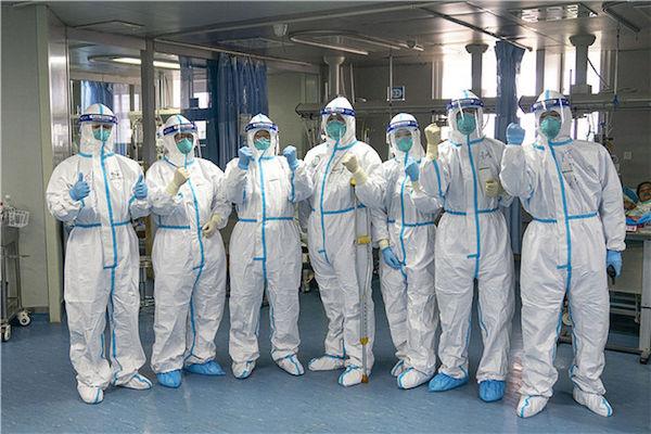 1月24日,中南醫院重癥隔離病房內的醫護人員一起鼓勁加油。新華社記者 熊琦 攝