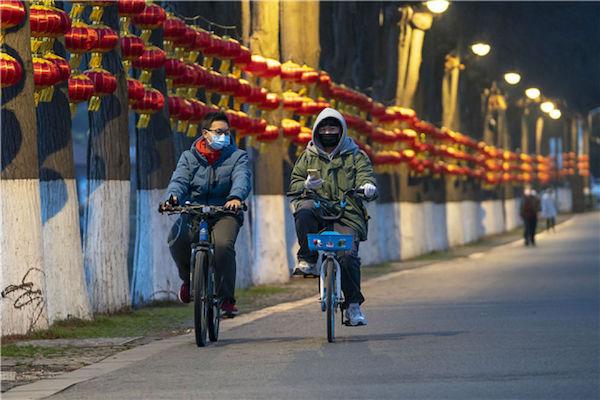 1月27日,武漢市民在東湖綠道騎行。新華社記者 熊琦 攝