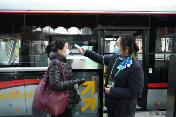 复工首日,71路中运量公交客流回升,工作人员做好车辆消毒,乘客测温工作。 久事公交集团巴士三公司 供图