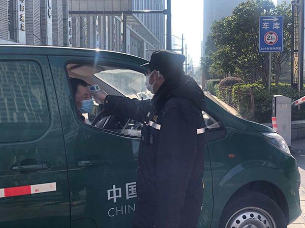 上海北美广场,每个进入广场的人都要测温。澎湃新闻记者 邹娟 摄