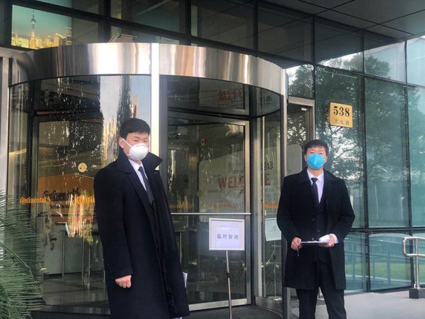 上海一写字楼进入前需登记和二次测温。澎湃新闻记者 邹娟 摄