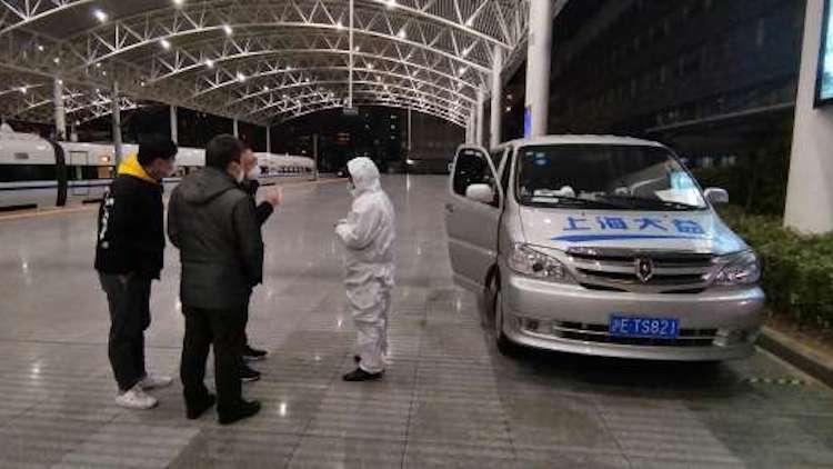 """凡人战""""疫"""":上海志愿者司机穿梭于医院之间"""