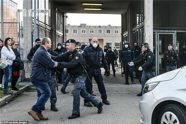 25731146-8090779-A_relative_of_an_Italian_prison_inmate_clashes_with_police_outsi-a-49_1583755878385_副本.jpg