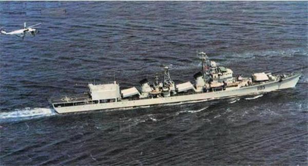 """搭载""""超黄蜂""""直升机的105""""济南""""舰"""