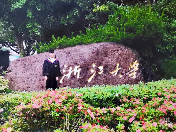 汪显平的儿子汪鑫目前在浙江大学读研究生一年级。疫情期间,他在家复习功课。浙江大学21日发布通知,将于4月26日起安排学生分期分批有序返校。(总台央视记者杨立峰拍摄)